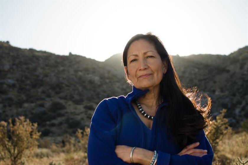 """Fotografía cedida por la campaña de la demócrata de Nuevo México Debra Haaland, que podría convertirse en la primera nativa americana en la Cámara de Representantes federal. Haaland asegura que su candidatura ya obtuvo su primer gran logro, dar voz a las minorías, pero quiere """"pelear"""" por mucho más. EFE/Deb Haaland for Congress/SOLO USO EDITORIAL/NO VENTAS"""