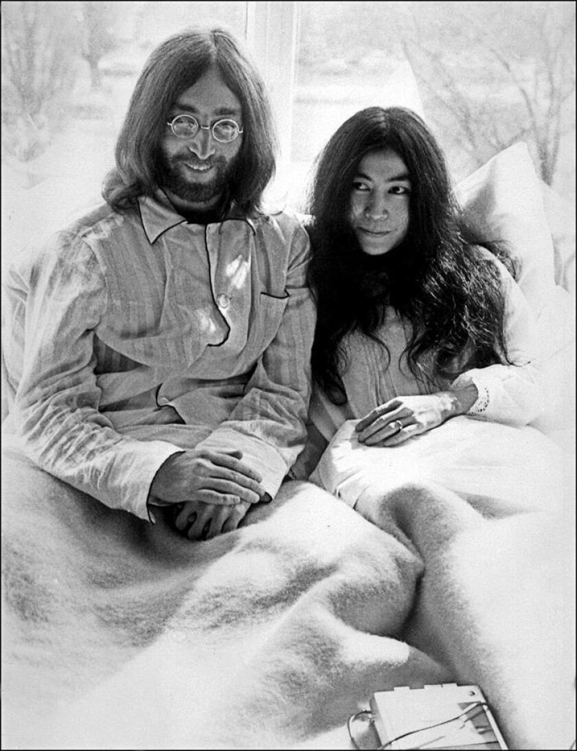 Foto de archivo en b/n del 25 de marzo de 1969 que muestra al cantante de Los Beatles John Lennon junto a su mujer, Yoko Ono, en el Hotel Hilton de Ámsterdam (Holanda). EFE/Archivo