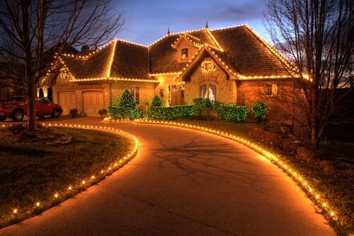 Nearly all Americans celebrate the holiday season by decorating their homes in a festive way. Take a look at these pictures, from various locations around the country, featuring homes that stood out among the crowd. Take notes, you might find an idea or two that could be put to use around your house this year.