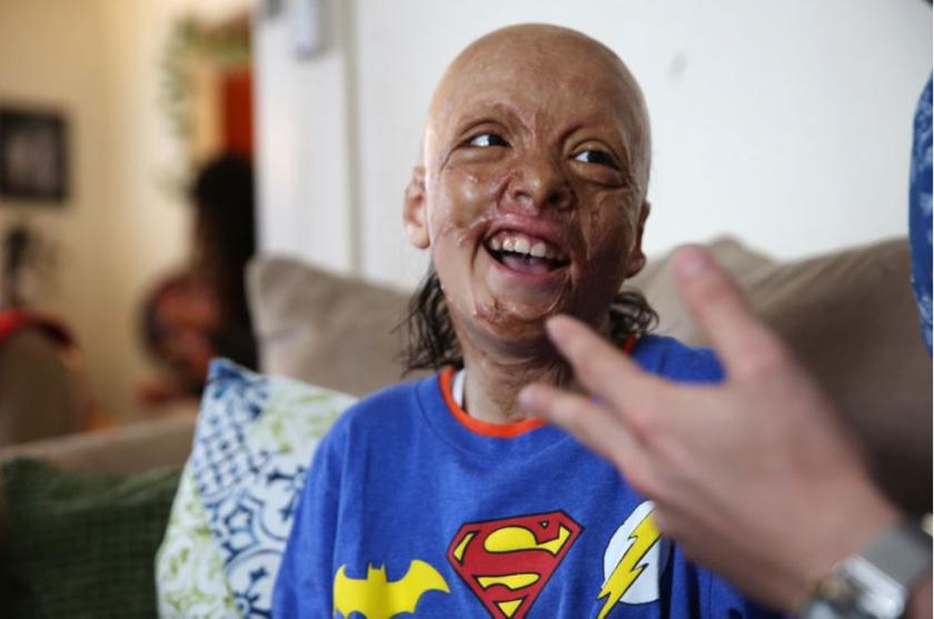 Julián Reynoso en su hogar, en el sur de Los Ángeles. (Dania Maxwell / Los Angeles Times)