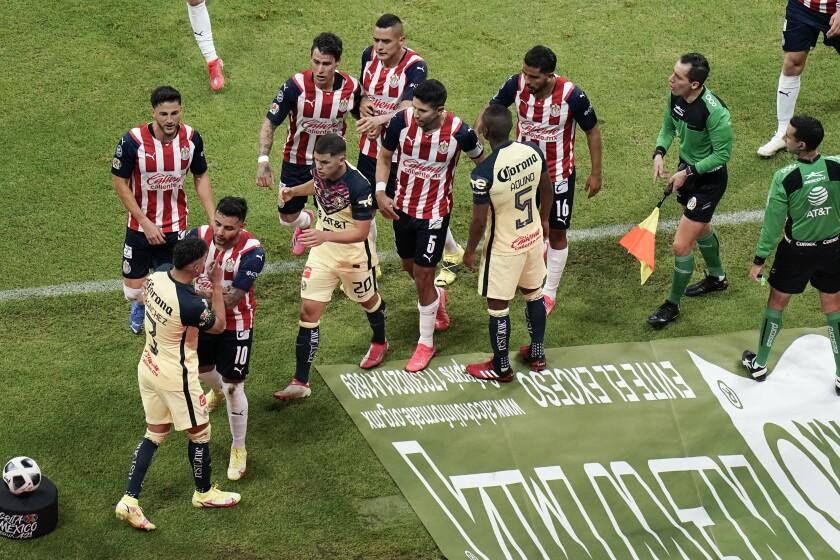 Los jugadores de América y Guadalajara protagonizan un altercado durante el partido.