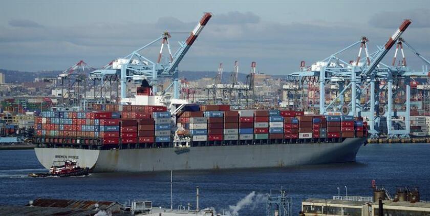 El déficit comercial creció un 1,6 por ciento en febrero y quedó en un saldo total de 57.600 millones de dólares, lo que un año después de la llegada al poder del presidente Donald Trump supone mantener su punto más alto desde octubre de 2008. EFE/Archivo