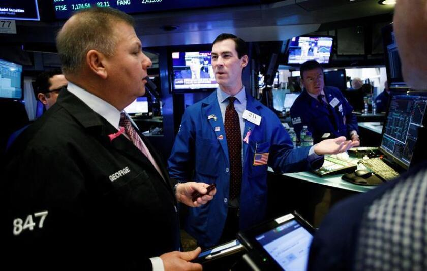 Varias personas trabajan en el parqué en el momento de la apertura de la Bolsa de Nueva York, Estados Unidos. EFE/Archivo