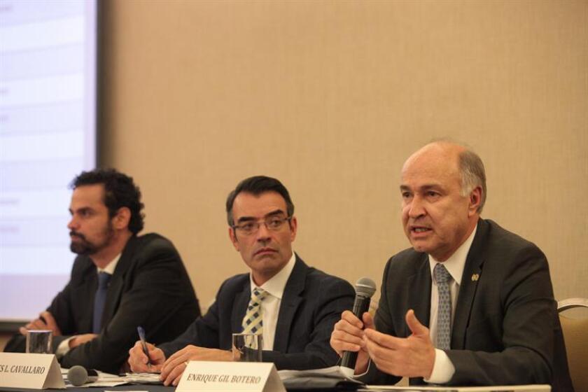 El secretario ejecutivo de la Comisión Interamericana de derechos Humanos (CIDH), Paulo Abrao (i); el vicepresidente de la CIDH, James Cavallaro (c) y el relator de la CIDH en México, Enrique Gil Botero (d). EFE/Archivo