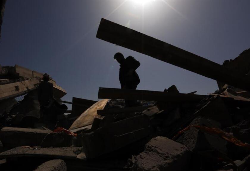 Un hombre inspecciona los escombros de un edificio destruido por un supuesto ataque aéreo a las afueras de Saná, Yemen. EFE/Archivo