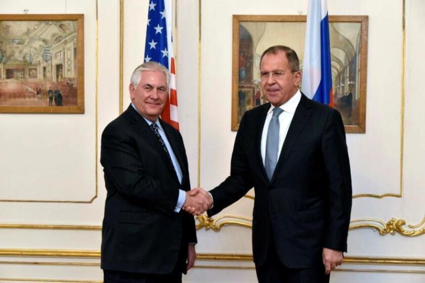 Fotografía cedida por el Departamento de Estado de Estados Unidos hoy, 8 de diciembre de 2017, que muestra al secretario de Estado estadounidense, Rex Tillerson (i), durante un encuentro con su homólogo ruso, Sergei Lavrov, con motivo de la cumbre ministerial de la Organización para la Seguridad y la Cooperación en Europa (OSCE) en Viena (Austria) el 7 de diciembre de 2017. EFE/Departamento De Estado EEUU