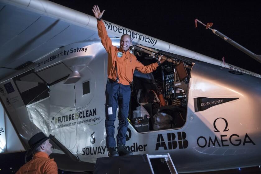 """En esta foto suministrada por Solar Impuse, Bertrand Piccard saluda antes de la partida del """"Solar Impulse 2"""" (Jean Revillard/Solar Impulse via AP) (Jean Revillard/Solar Impulse via AP) MANDATORY CREDIT"""