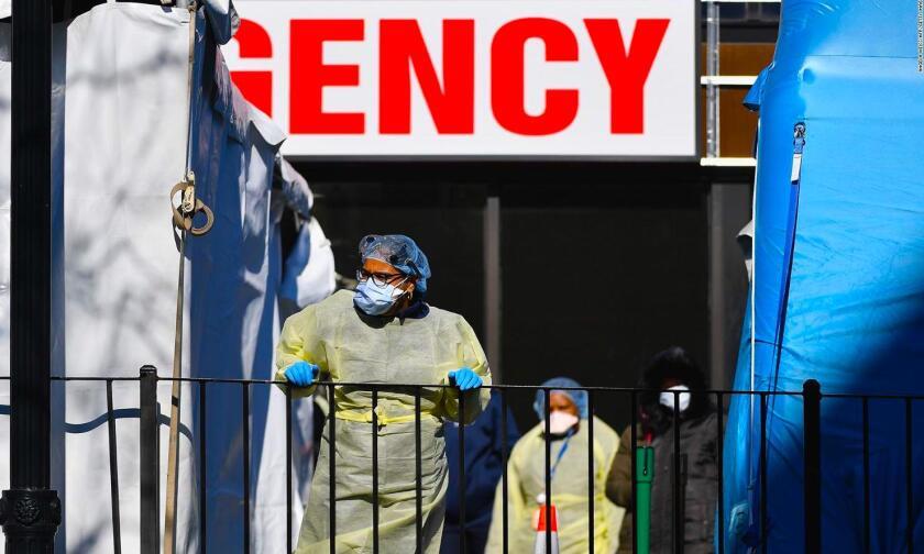 Trabajadores de salud en el Elmhurst Hospital Center de Queens, en Nueva York.