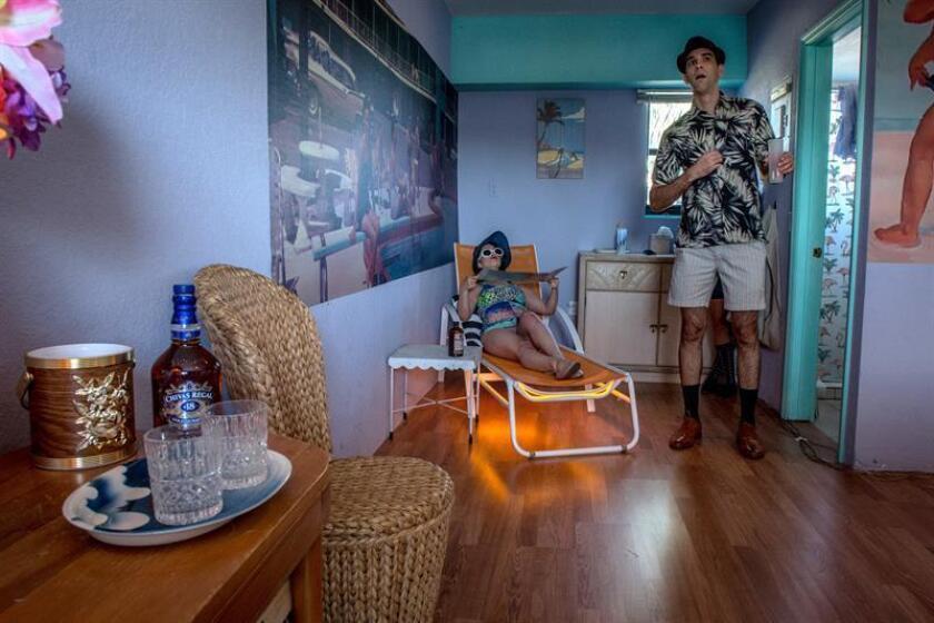 """Una pareja de actores de la compañía Juggerknot interpreta su papel que forma parte de la serie """"Miami Motel Stories"""" hoy, miércoles 28 de noviembre de 2018, en el motel Gold Dust, en el barrio conocido como MiMo, al norte del centro de la ciudad de Miami, Florida. EFE"""