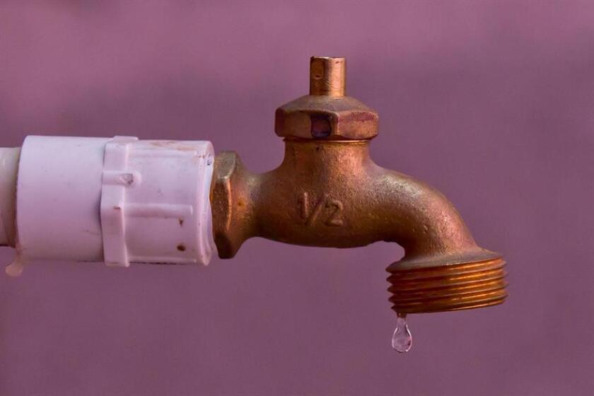 Detalle de una llave de agua goteando. EFE/Archivo