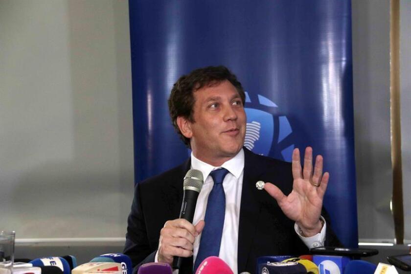 El presidente de la Confederación Sudamericana de Fútbol (Conmebol), Alejandro Domínguez, habla en rueda de prensa en la sede de la Conmebol, en Luque (Paraguay). EFE