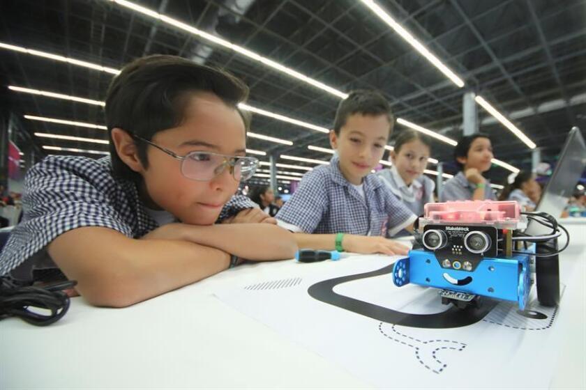 Niños participan de la mayor clase de robótica hoy, jueves 5 de abril de 2018, en la ciudad de Guadalajara, en el estado de Jalisco (México). EFE