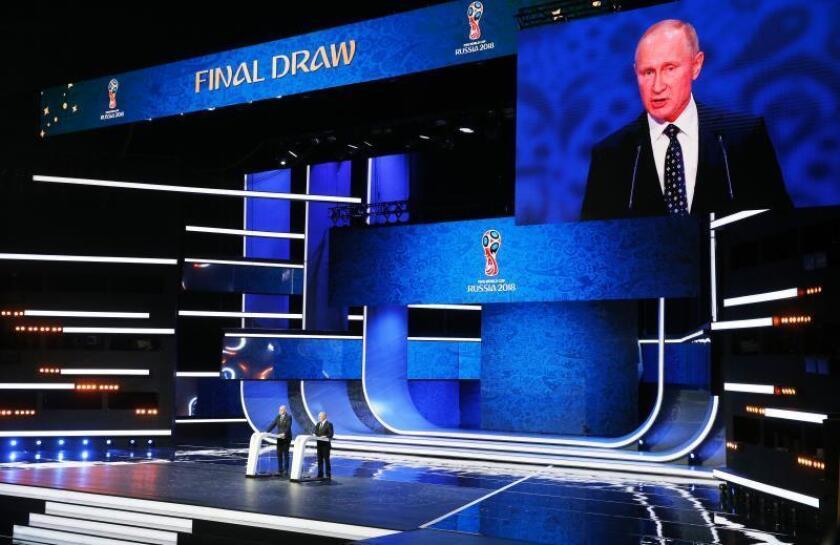 El presidente de la FIFA Gianni Infantino (izda) y el presidente ruso Vladimir Putin, participan en el sorteo del Mundial de Rusia 2018 que se celebra en el Palacio del Kremlin de Moscú, Rusia. EFE