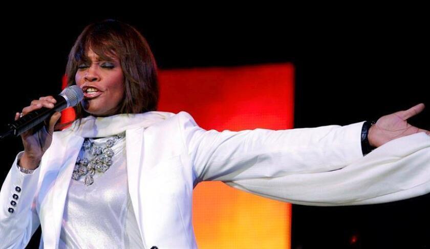 Los admiradores de la fenecida cantante Whitney Houston podrán conocer detalles de su vida, desde su infancia hasta su exitosa carrera, a través de fotos, vídeos, premios y vestuarios que se exhiben en el Museo del Grammy en el Prudential Center en Nueva Jersey, donde nació la estrella. EFE/ARCHIVO