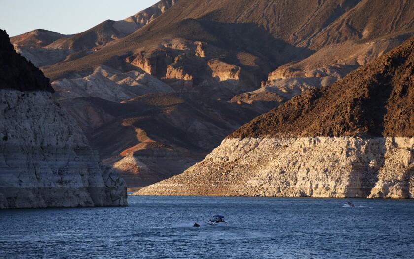 distintas capas minerales que indican el descenso en los niveles de agua del Río Colorado ]