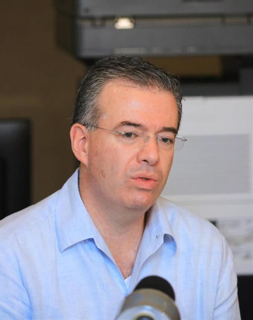 El gobernador del Banco de México, Alejandro Díaz de León, habla con la prensa. EFE/Archivo