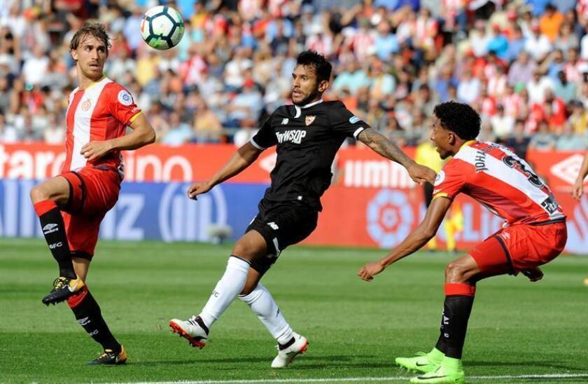 El centrocampista argentino del Sevilla Walter Montoya (c) disputa un balón con los jugadores del Girona Marc Muniesa (i) y Johan Mojica. EFE/Archivo