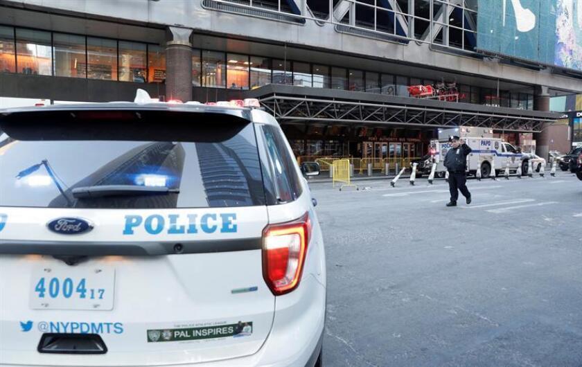 Vehículos de la policía permanecen a la entrada de la terminal de autobuses de la Autoridad del Puerto en Nueva York (Estados Unidos). EFE/Archivo