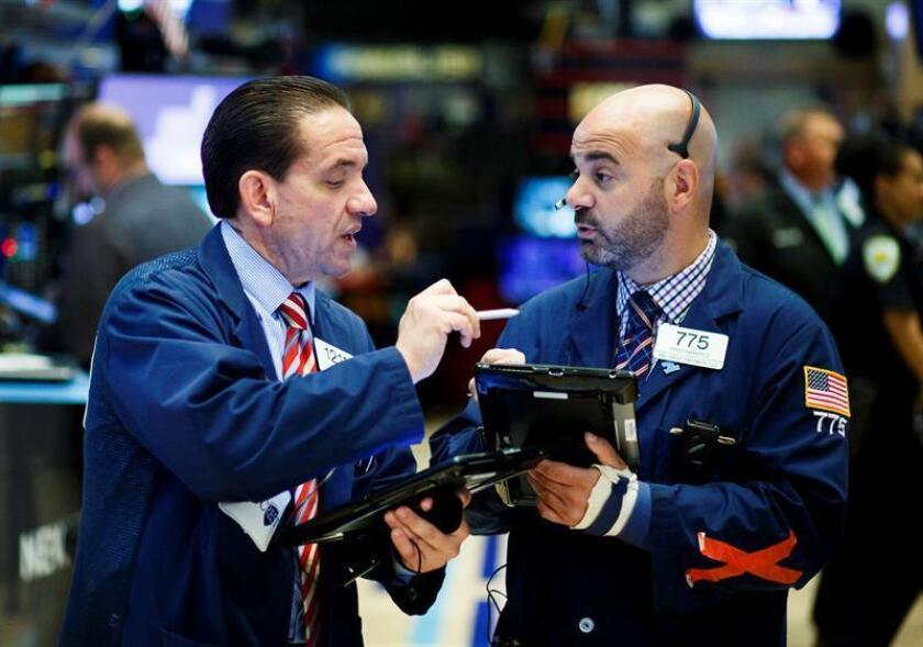 Agentes de cambio y Bolsa trabajan durante la apertura del parqué neoyorquino en Estados Unidos. EFE/Archivo