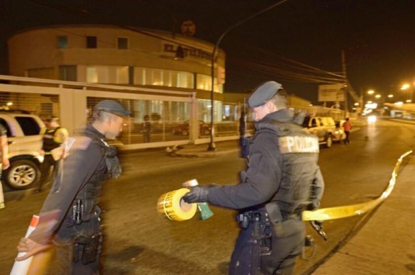 Personal de la Policía Nacional frente a las instalaciones de El Telégrafo, tras el estallido de una bomba.