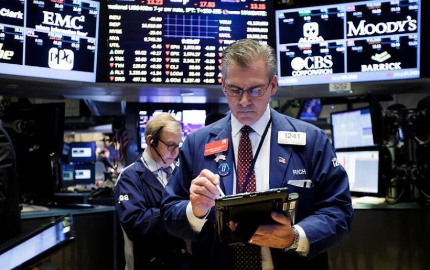 Wall Street cerró un año marcado por una ola de récords anotados en las últimas semanas, pero comienza otro lleno de incertidumbres por la incógnita que despiertan las promesas del presidente electo de EE.UU., Donald Trump. EFE/ARCHIVO