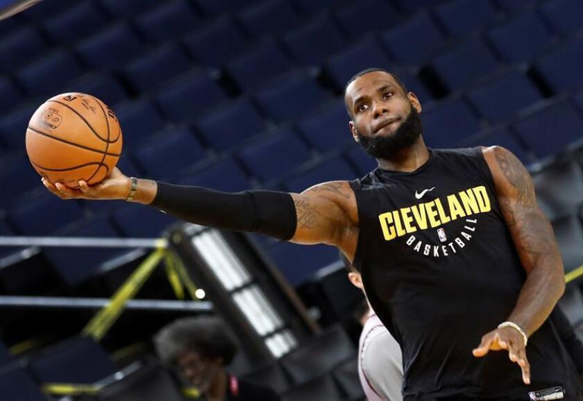 Cleveland Cavaliers player LeBron James takes a shot during practice the day before game two of the NBA Finals in Oakland, California, USA, 2 June 2018. EFE