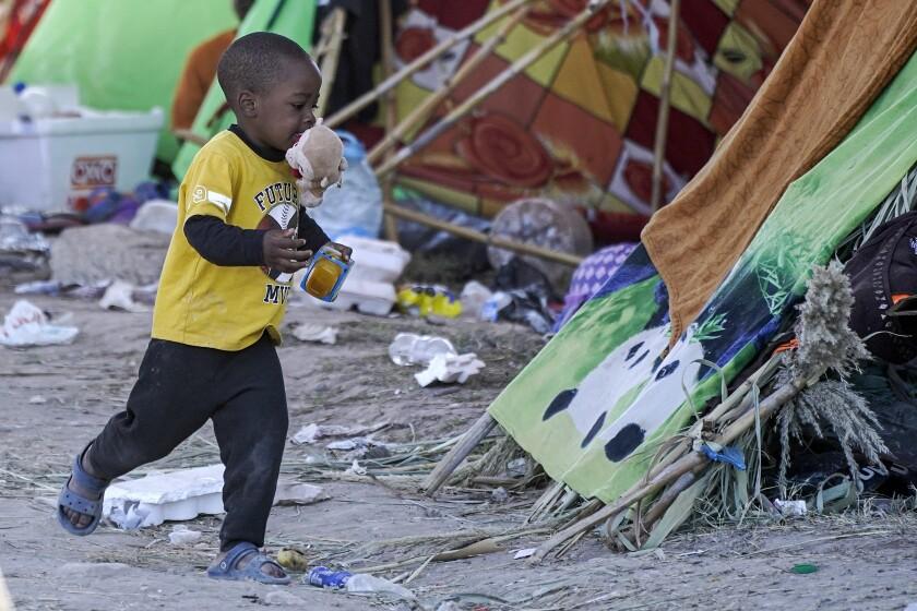 Se reduce campamento de migrantes en frontera de Texas