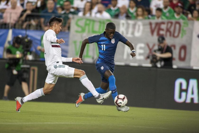 Tim Weah (d) de Estados Unidos disputa un balón con Edson Alvarez (i) de México hoy, martes 11 de septiembre de 2018, durante un juego amistoso entre Estados Unidos y México en el estadio Nissan en Nashville (EE.UU.).