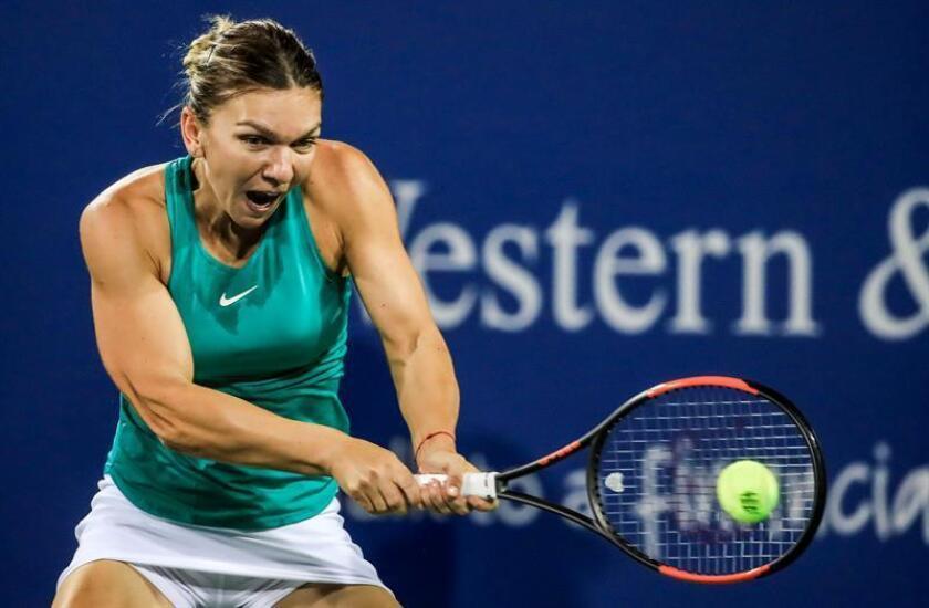 Simona Halep de Rumanía durante un partido en el torneo de tenis Western & Southern Open en el Lindner Family Tennis Center en Mason, Ohio, EE.UU. EFE
