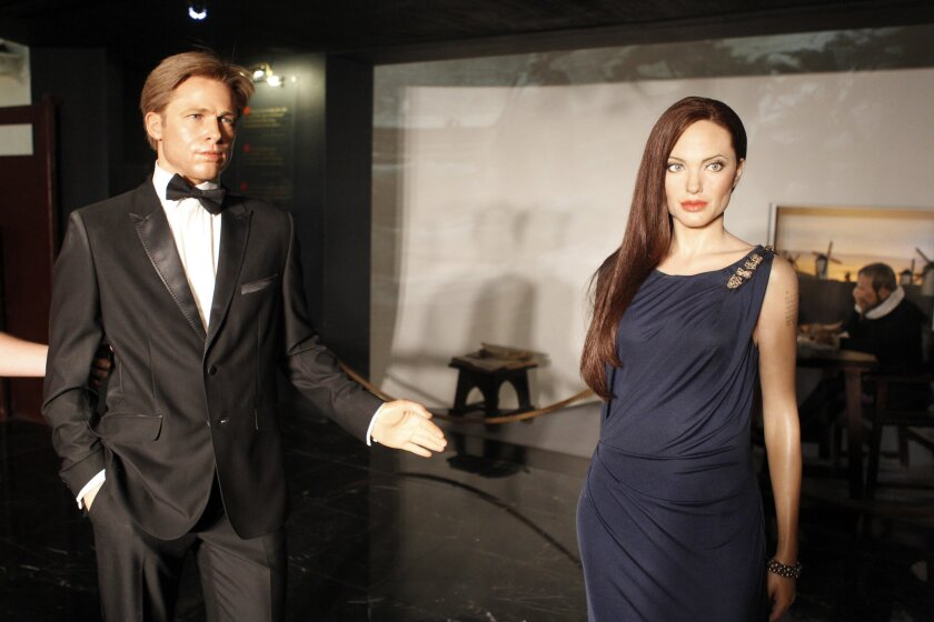 Operarios del Museo de Cera separan las figuras de Angelina Jolie y Brad Pitt, tras el anuncio de la solicitud divorcio de la pareja. EFE/Víctor Lerena