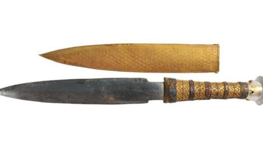 La daga de hierro tiene mango y cobertura de oro.