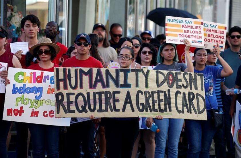Varias personas marchan durante una protesta hacia un centro de detención hoy, jueves 21 de junio de 2018, en El Paso, Texas (EE.UU.). EFE