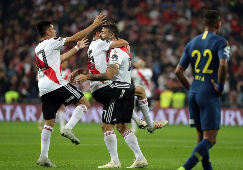 El delantero de River Plate Lucas Pratto (3i) celebra con sus compañeros Exequiel Palacios (2i) y Gonzalo Martínez (i), el gol marcada ante el Boca Juniors durante el partido de vuelta de la final de la Copa Libertadores que River Plate y Boca Juniors juegan esta noche en el estadio Santiago Bernabeu de Madrid.
