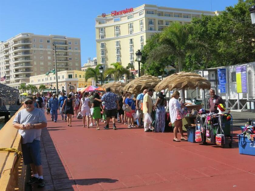 Turistas llegan a San Juan durante la temporada alta a la ciudad puertorriqueña en capital turística del Caribe. EFE/Archivo