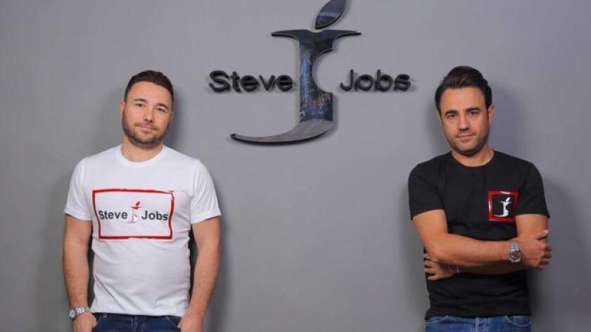 Giacomo y Vincenzo Barbato no tienen dudas: la marca Steve Jobs les pertenece a ellos, no a Apple, la empresa de tecnología creada por el emprendedor estadounidense, ni a sus herederos.