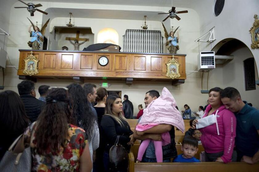 """Iglesias de Arizona saturadas con miles de inmigrantes en busca de asilo """"liberados"""" por las autoridades migratorias han tenido que cerrar sus puertas durante dos semanas debido a la reducción de donaciones, y urgen esta semana al Gobierno federal ayuda para socorrer a esta familias. EFE/Archivo"""