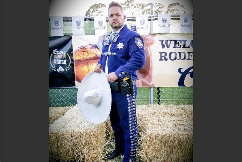 Así visten los policías de Salinas, California.