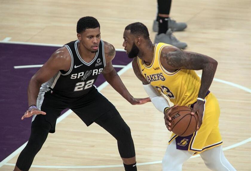 Rudy Gay (i) de San Antonio Spurs en acción ante LeBron James (d) de Los Ángeles Lakers durante un partido de NBA hoy, lunes 22 de octubre de 2018, en el Staples Center de Los Ángeles (EE.UU.). EFE