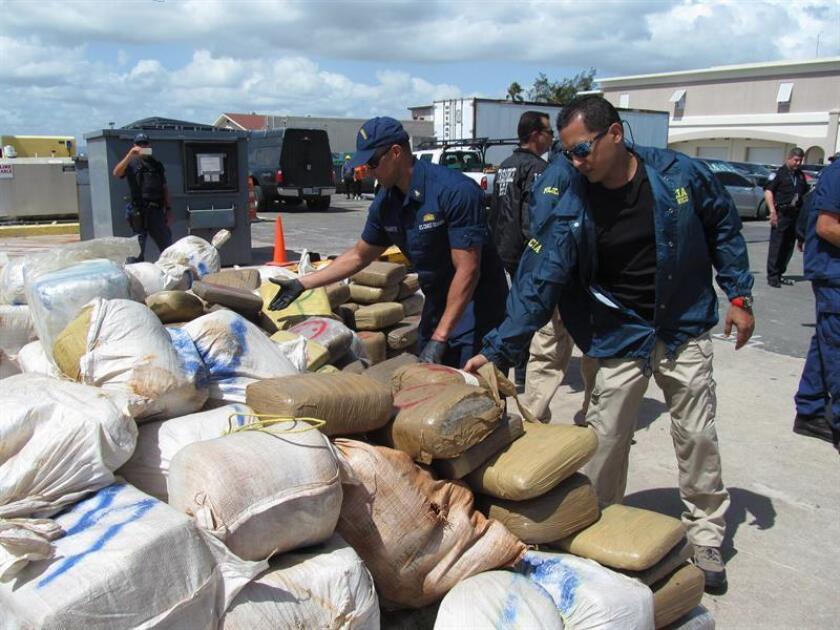 La policía de Puerto Rico informó hoy que se incautó de doce fardos con aproximadamente 350 bloques de cocaína durante un plan de trabajo contra el narcotráfico establecido por el personal del Negociado de las Fuerzas Unidas de Rápida Acción (FURA) y las agencias federales en Loíza, en el noreste de la isla. EFE/Archivo