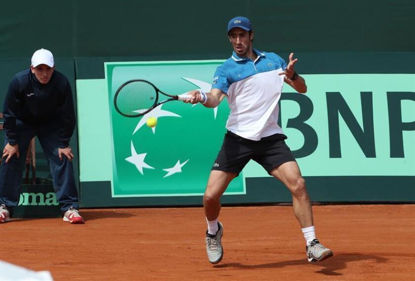 El tenista uruguayo Pablo Cuevas fue registrado este sábado al devolverle una bola al mexicano Luis Patiño, durante un partido de esta llave del Grupo II de la Zona Americana de la Copa Davis, en Montevideo (Uruguay). EFE