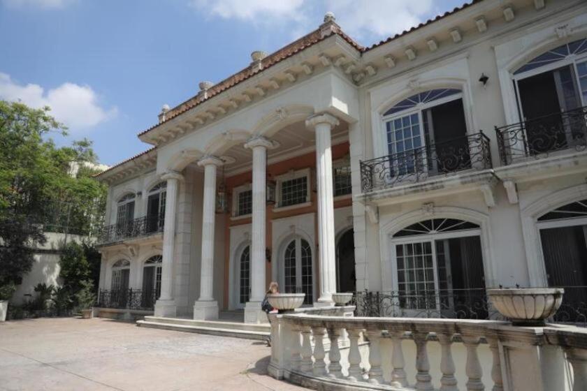 La mansión, ubicada en la exclusiva zona de las Lomas de Chapultepec, en Ciudad de México, está valorada en 4,8 millones de dólares, y es de estilo francés.