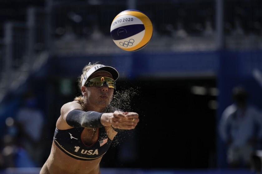 La estadounidense April Ross devuelve un golpe durante la semifinal de voleibol de playa ante Suiza, el jueves 5 de agosto de 2021, en Tokio. (AP Foto/Felipe Dana)