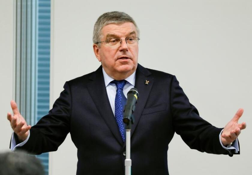 El presidente del Comité Olímpico Internacional (COI), Thomas Bach (c), pronuncia su discurso durante un encuentro con miembros del comité olímpico de para los Juegos Olímpicos de Tokio 2020, en Tokio, Japón, ayer. EFE