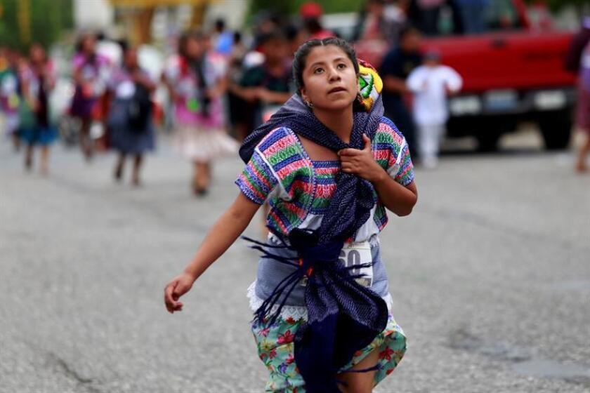 Descalzas o con huaraches, vistiendo ropa de la región y cargando en la espalda un canasto de tortillas de hasta 5 kilos, decenas de mujeres indígenas participan hoy, domingo 5 de agosto de 2018, en la tradicional Carrera de la Tortilla, en la ciudad de Tehuacán, en el central estado de Puebla (México). EFE