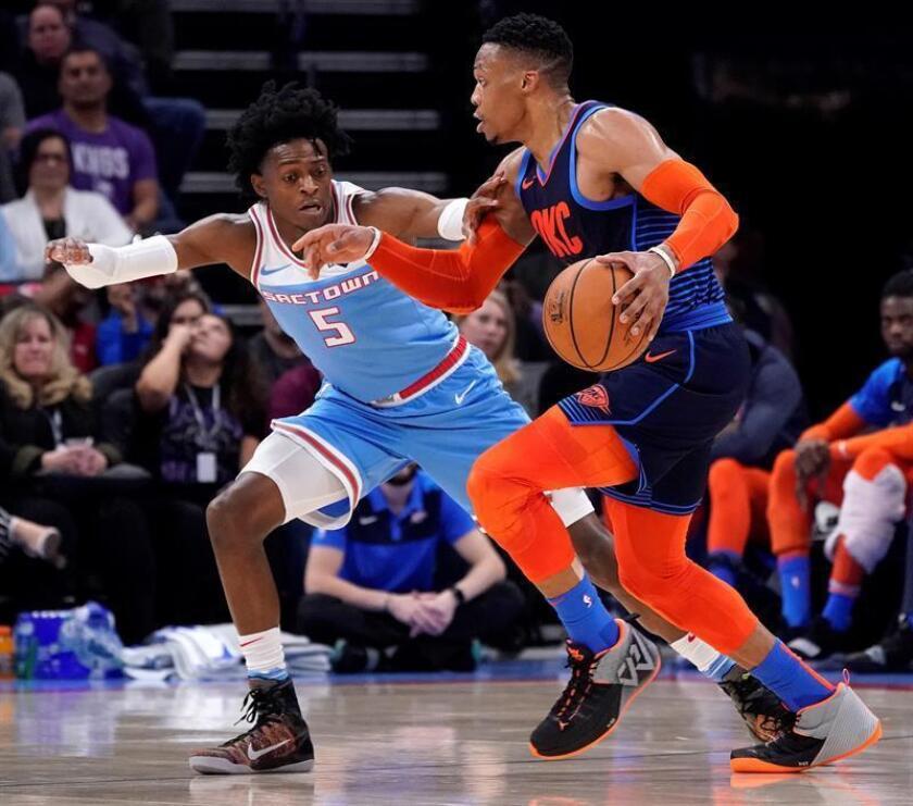 El jugador de los Kings de Sacramento De'Aaron Fox (i) en acción contra Russell Westbrook (d) de los Thunder de Oklahoma City hoy, durante un juego de NBA entre Oklahoma City Thunder y Sacramento Kings, en el Golden 1 Center, en Sacramento, California (EE.UU.). EFE