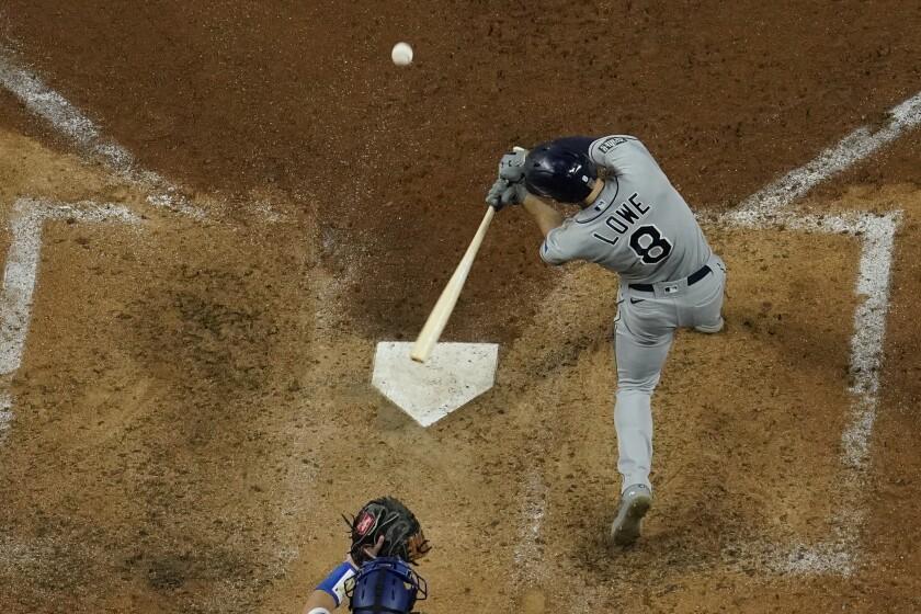 Brandon Lowe, de los Rays de Tampa Bay, conecta un jonrón de dos carreras en la quinta entrada del segundo juego de Serie Mundial ante los Dodgers de Los Ángeles, el miércoles 21 de octubre de 2020, en Arlington, Texas. (AP Foto/David J. Phillip)