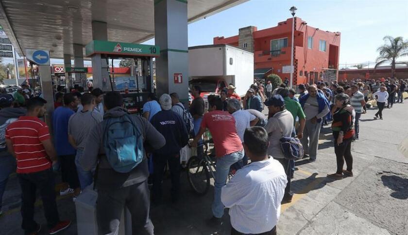 Cientos de personas esperan hoy su turno para lograr obtener unos litros de gasolina en la ciudad de Morelia, en el estado de Jalisco (México). EFE