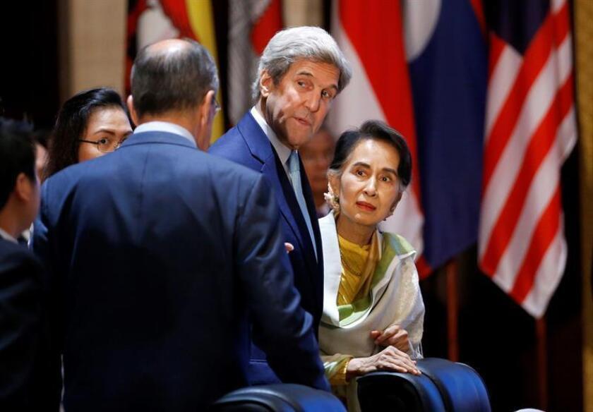 """El secretario de Estado, John Kerry (c), auguró hoy que la llegada de Donald Trump al poder suscitará un """"duro debate"""" interno en el país sobre política exterior y otros temas, y advirtió contra cualquier intento de """"dar la espalda a las alianzas"""" de Washington o rechazar a ciegas la globalización. EFE/ARCHIVO"""