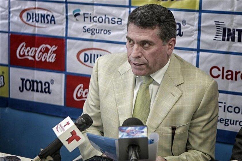 Fotografía tomada el pasado 5 de marzo en la que se registró al entrenador de la selección de fútbol de Honduras, el colombiano Luis Fernando Suárez. EFE/Archivo