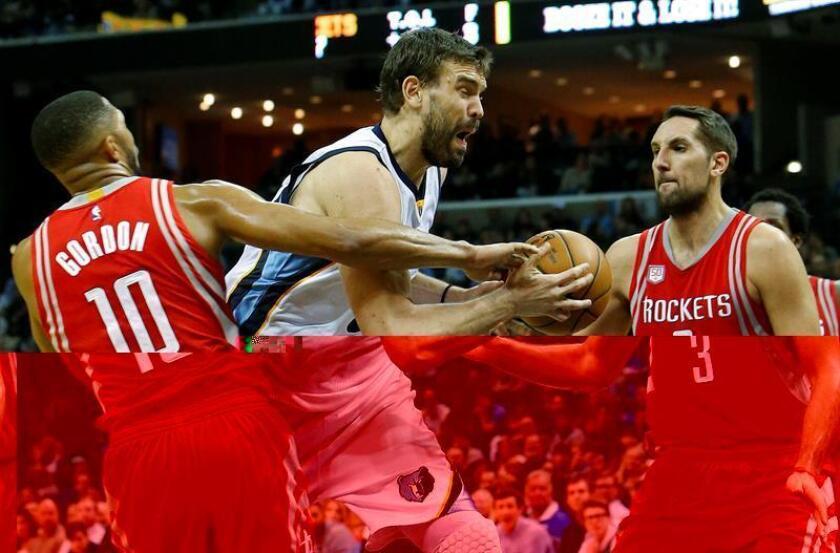 El español Marc Gasol (c) de Memphis Grizzlies defiende un balón ante Eric Gordon (i) de Houston Rockets hoy durante un juego de la NBA en FedExForum en Memphis (EE.UU.). EFE